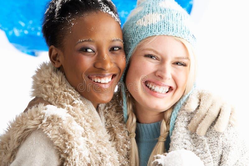 kläder två varma slitage unga vinterkvinnor fotografering för bildbyråer