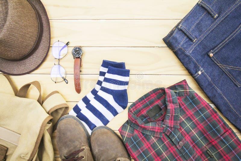 Kläderen och dräkten och exponeringsglasen för män på en träbakgrund royaltyfri fotografi