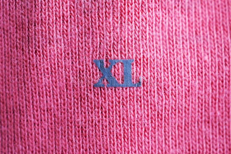 Kläderetikettsetikett med XL-format på den nya skjortan arkivbild