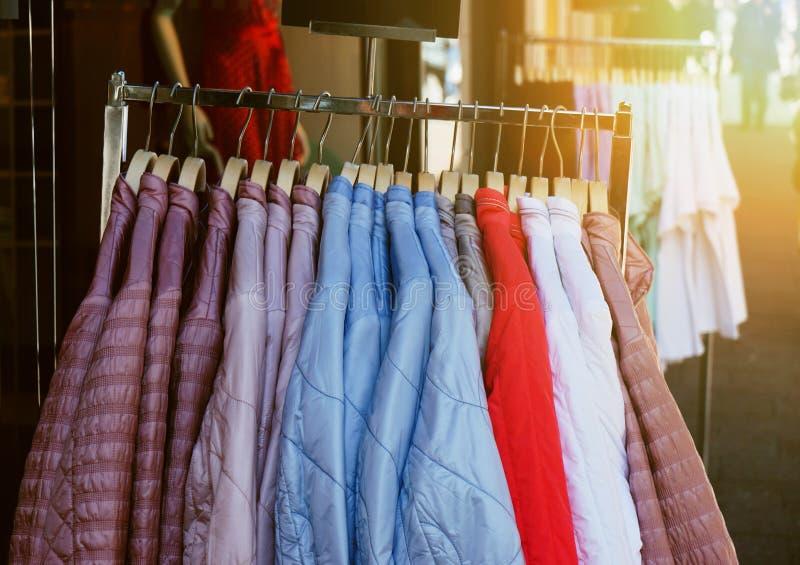 Kläderkugge med omslag för ladieswearvårmode som hänger utanför lager royaltyfri foto