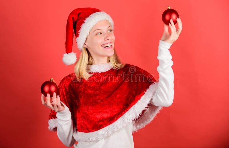 Klädersanta för flickan firar den lyckliga dräkten bakgrund för dekoren för julhållbollen röd Favorit- tidårsjul glatt royaltyfria foton