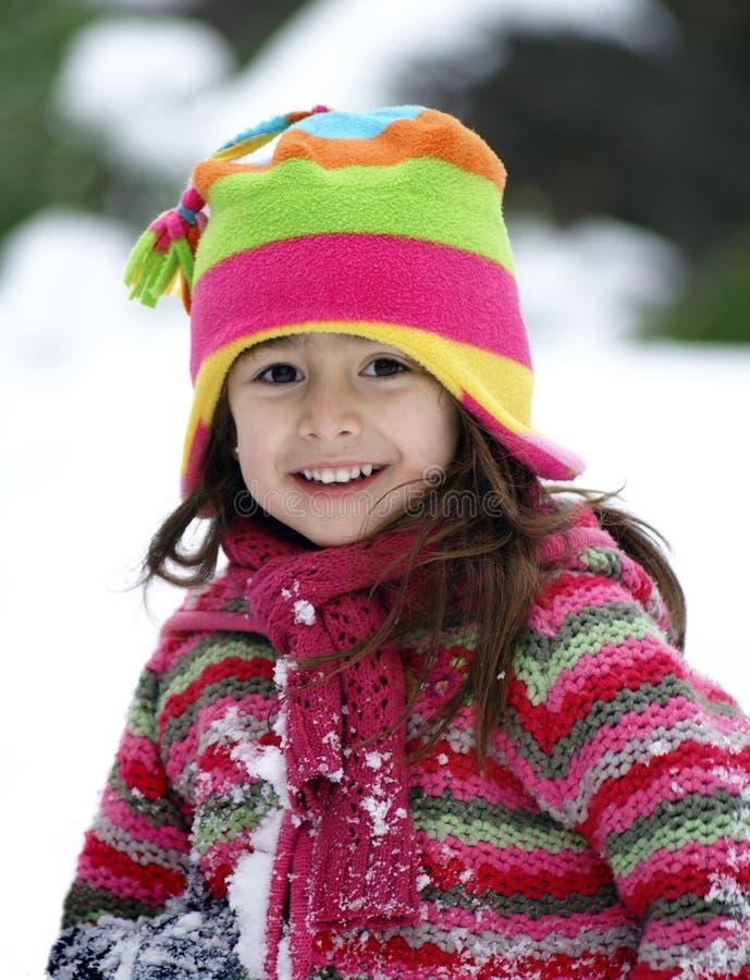 klädflicka som ler utomhus vinter arkivfoto
