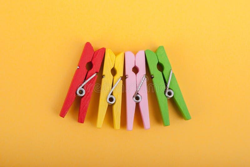 Klädnypor av olika färger fotografering för bildbyråer
