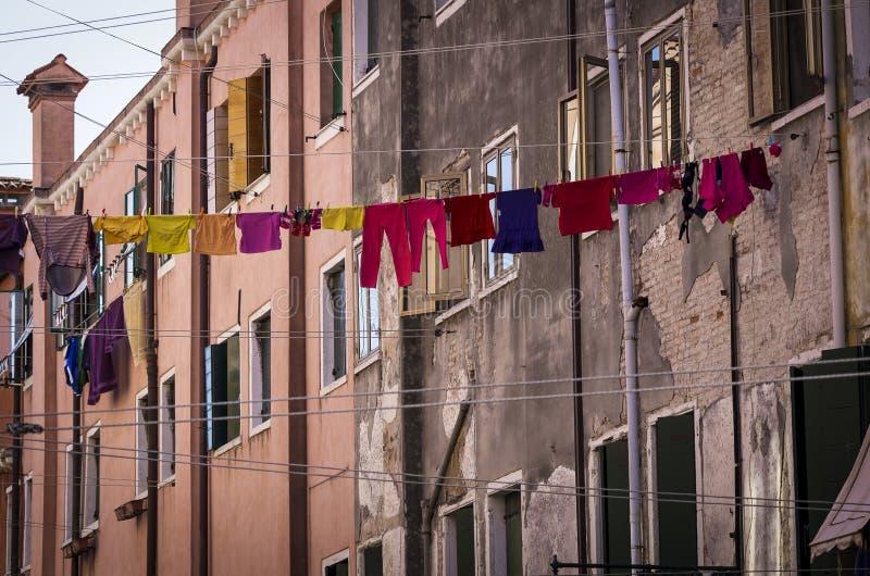 Klädstreck i Venedig med mång--färgade kläder royaltyfria bilder