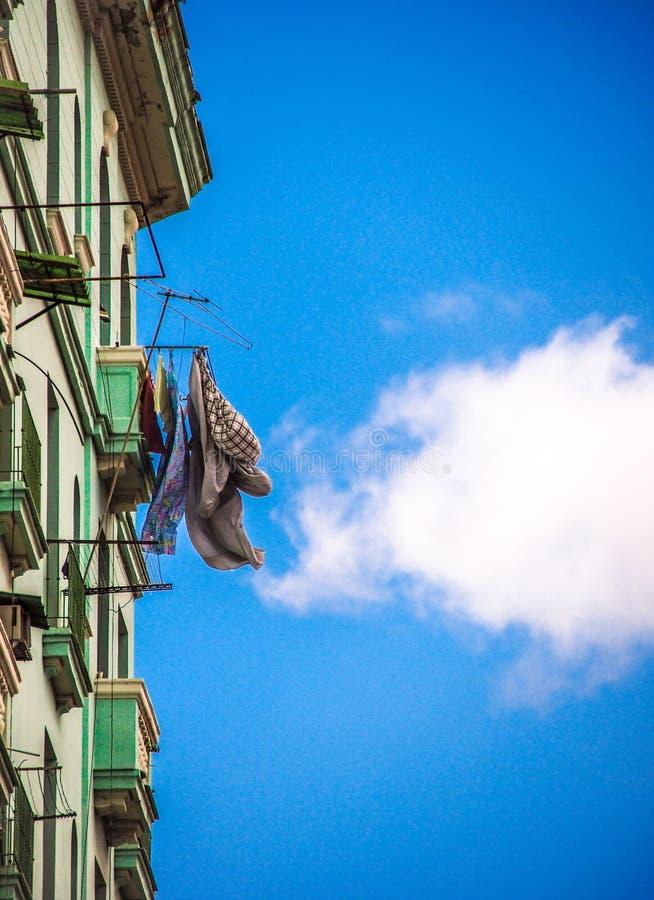 Kläduttorkning på en balkong i havannacigarr royaltyfria bilder