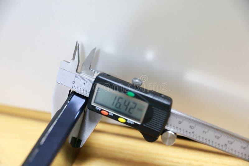 Klämma som mäter ett hjälpmedel med en klämma royaltyfri foto