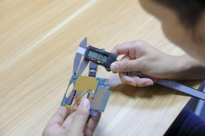 Klämma som mäter ett hjälpmedel med en klämma arkivfoton