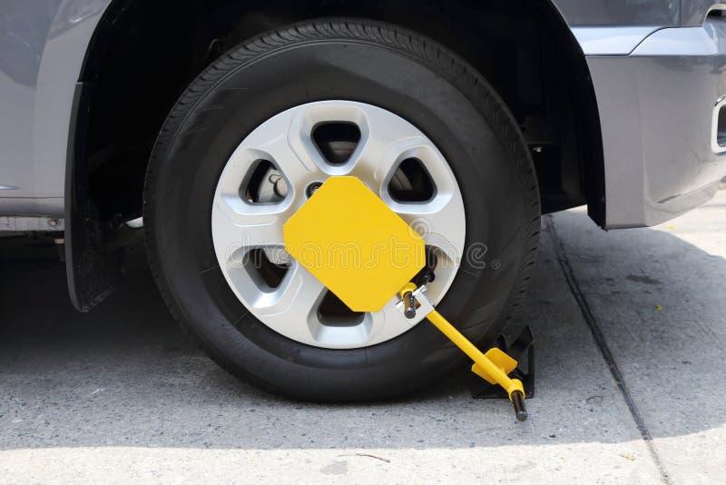 Klämt fast framhjul med hjullåset royaltyfria foton