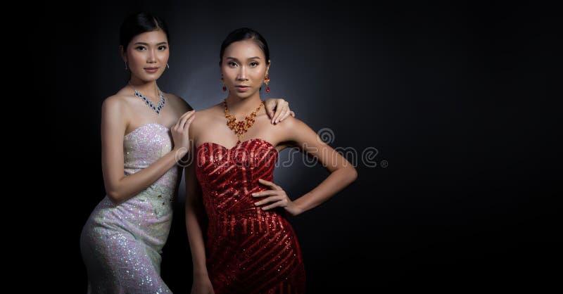 Klänning för boll för aftonkappa i asiatisk härlig kvinna med modemor royaltyfri foto