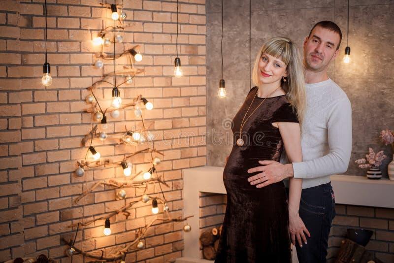 Klänning för gravid kvinnarestaurangafton fotografering för bildbyråer