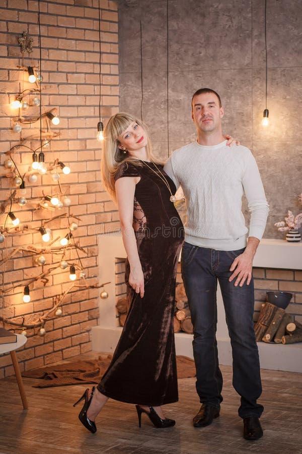 Klänning för gravid kvinnarestaurangafton royaltyfria bilder