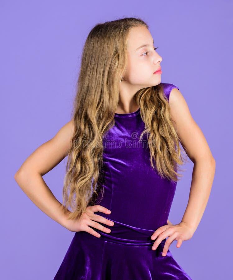 Klänning för sammet för flickabarnkläder violett Kläder för balsaldans Ser den trendiga klänningen för ungen förtjusande _ royaltyfri fotografi