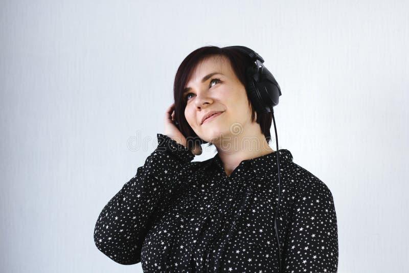 klänning för svart för kort hår för flicka med hörlurar royaltyfria bilder