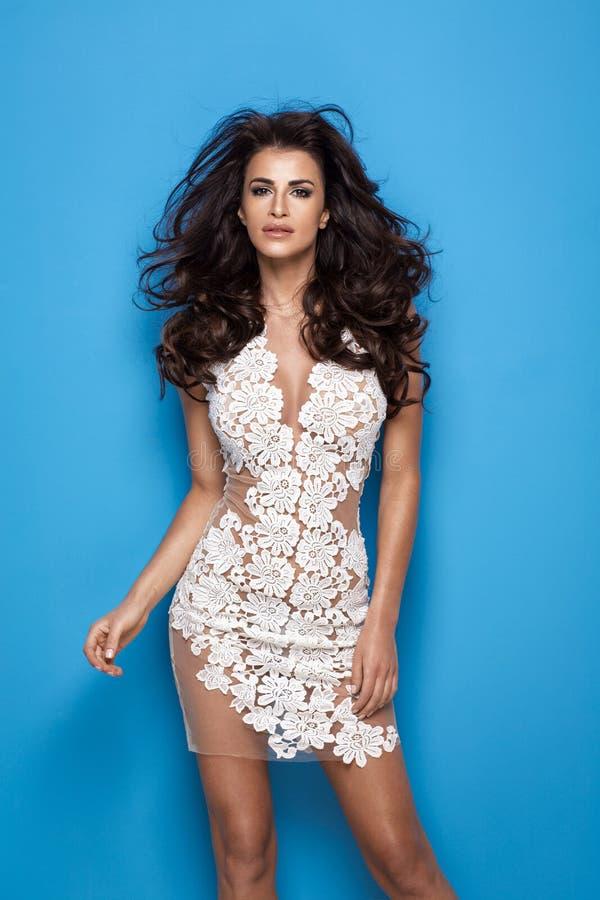 Klänning för vit blomma för sexig kvinna bärande royaltyfri foto