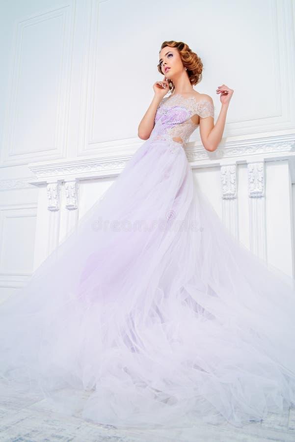 Klänning med den frodiga kjolen royaltyfri bild