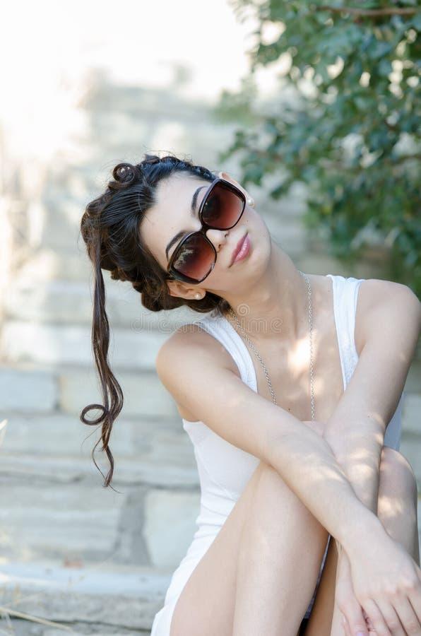 Klänning och solglasögon för sexiga slanka damkläder åtsittande kort vit royaltyfria foton