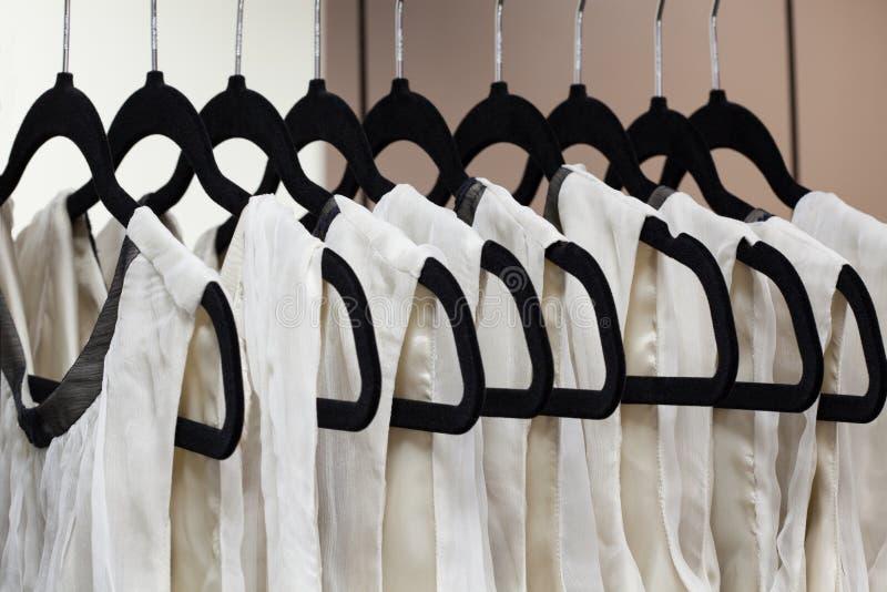 Klänningar på hängare royaltyfri bild