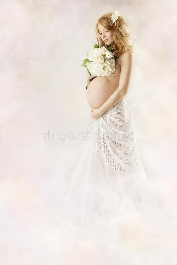 klänningblommor som ser den gravida vita kvinnan arkivbilder