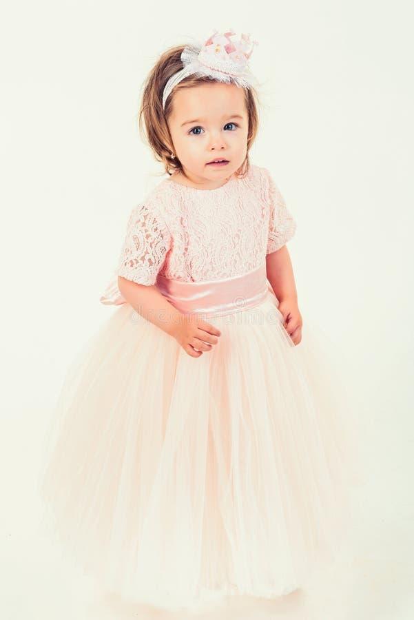 klänningflicka little nätt pink liten princess ungemode och skönhet lycklig födelsedag Parti för nytt år liten flicka royaltyfri bild