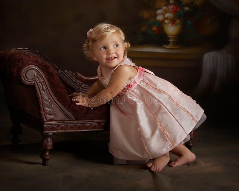 klänningflicka little rosa stående royaltyfria foton