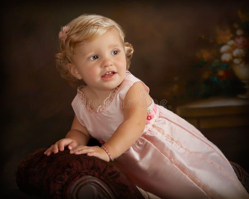 klänningflicka little rosa stående royaltyfria bilder