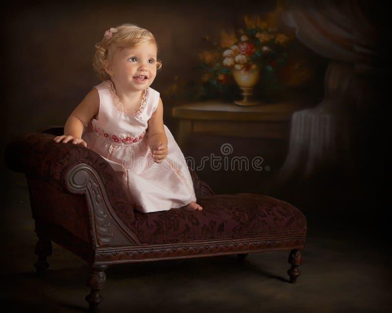 klänningflicka little rosa ståendestanding arkivbilder