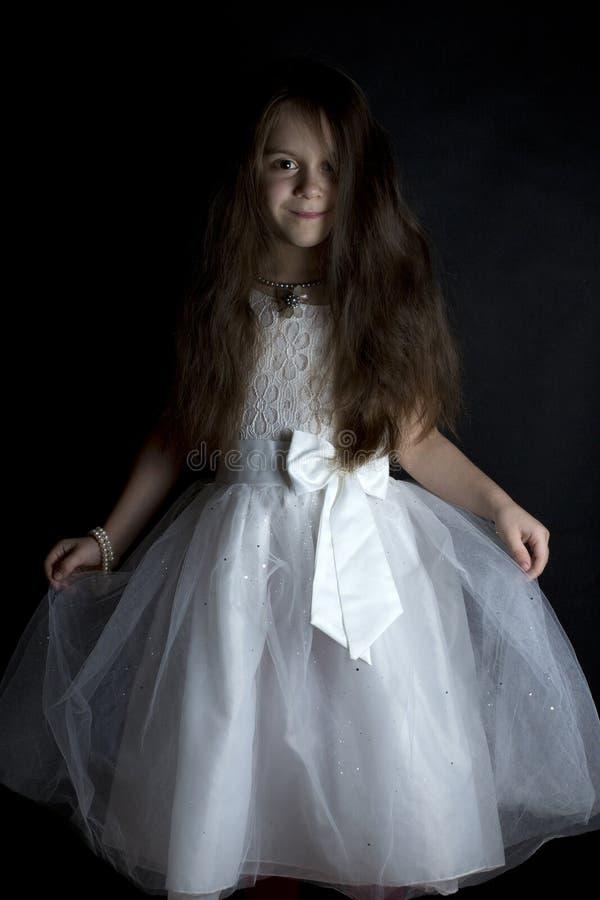 klänningflicka little som är vit arkivfoton