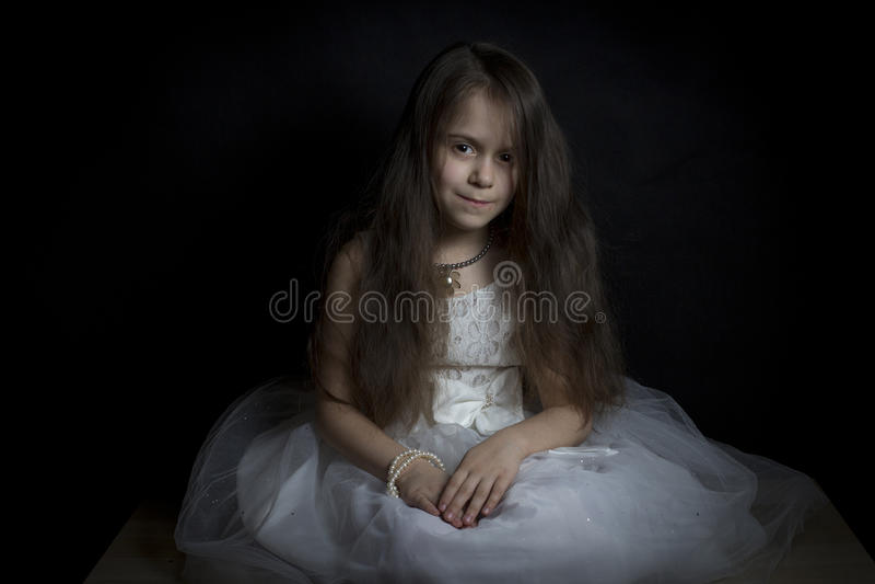 klänningflicka little som är vit royaltyfri fotografi