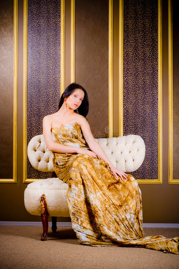 klänningguldkvinna royaltyfri fotografi