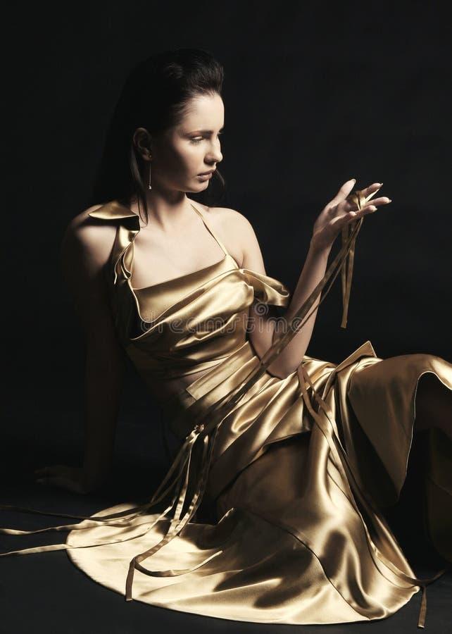 klänningguldmodell royaltyfria bilder