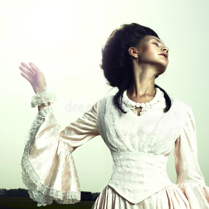 klänningtappningkvinna fotografering för bildbyråer