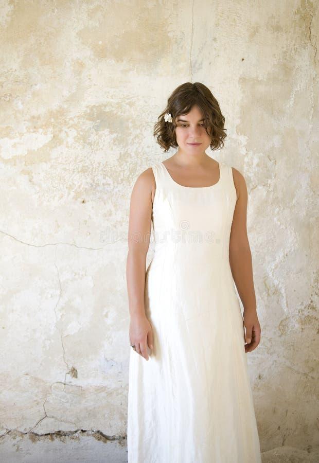 klänningwhitekvinna arkivfoton