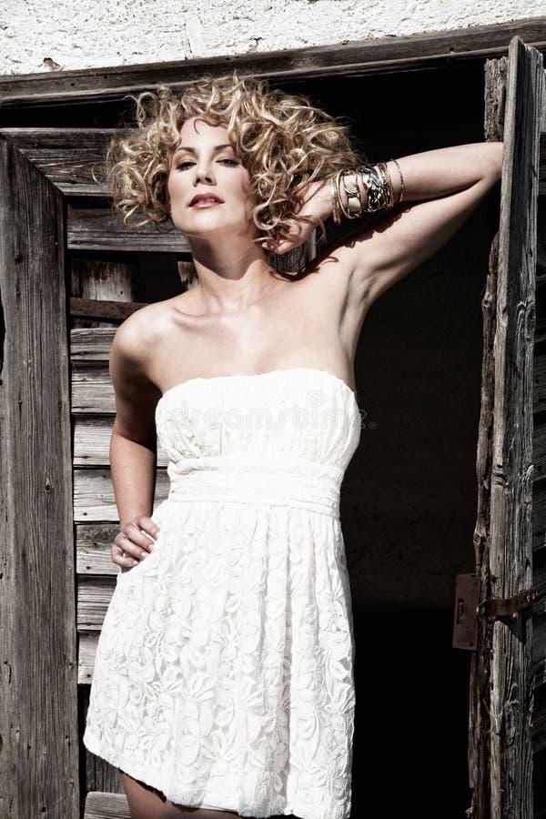 klänningwhitekvinna royaltyfria bilder