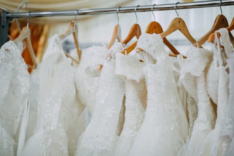 klär att gifta sig för hängare arkivbild