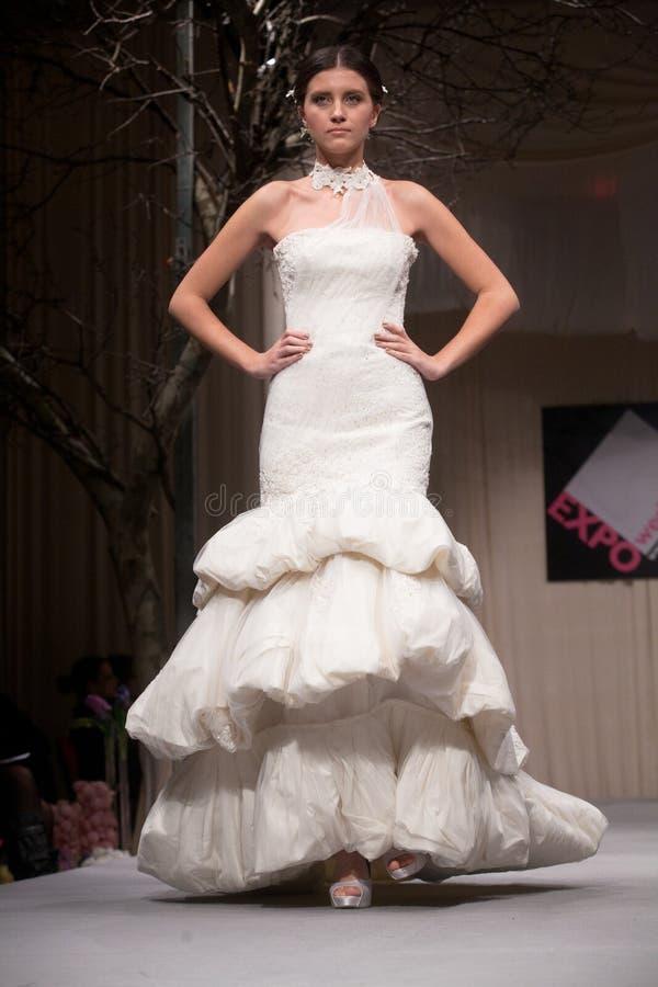 klär modeshowbröllop arkivbild