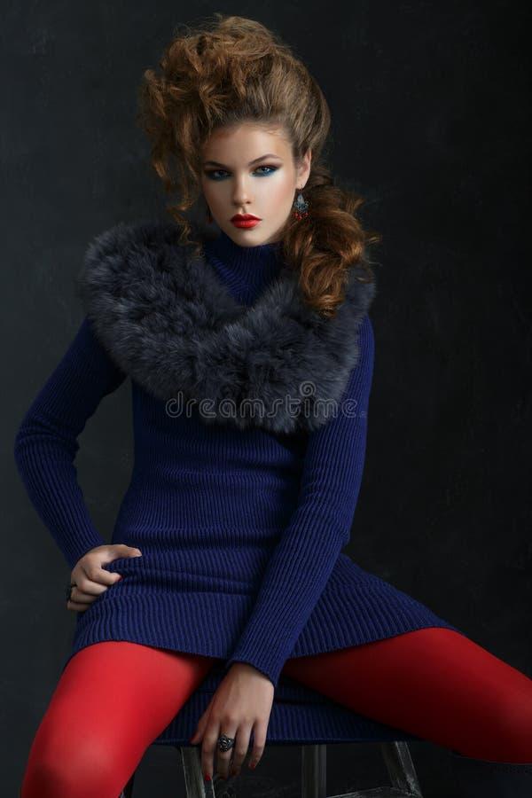 Klär pälsfodrar den unga eleganta kvinnan för ståenden i blått och kragen arkivfoto