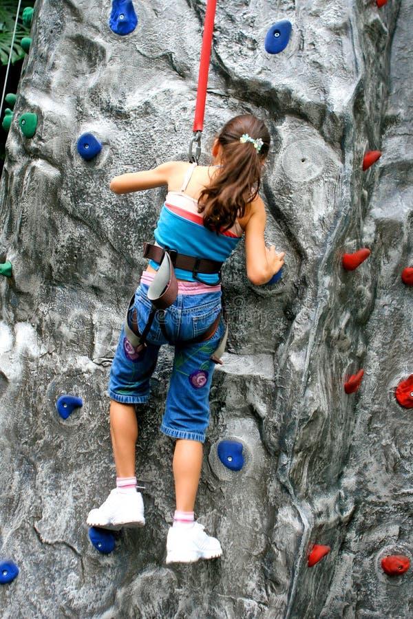 klättra göra flickarockbarn arkivfoton