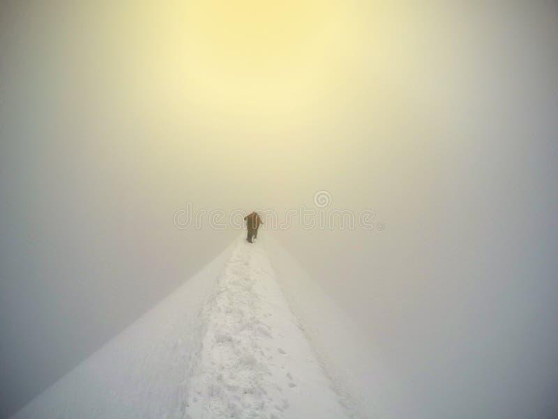 Klättra i berg att gå upp längs en snöig kant på Mont Blanc arkivfoton
