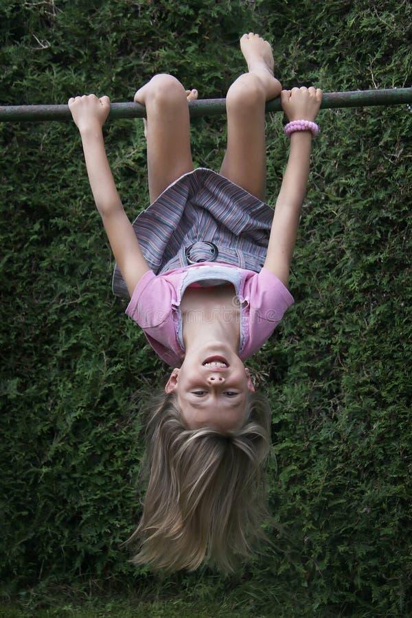 klättra ner hängande översida för ramflicka arkivbild
