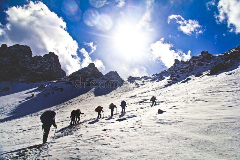 Klättra snöbergen arkivfoton
