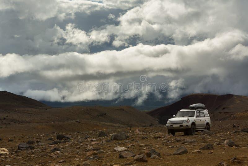 Klättra till den aktiva vulkan Mutnovsky på Kamchatka royaltyfri fotografi