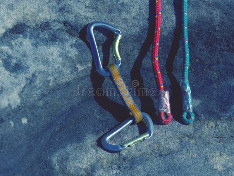 Klättra utrustning - detaljcarabiners och rep arkivbilder