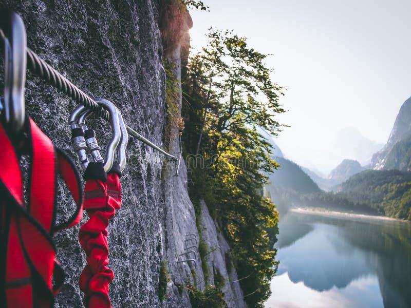 Klättra via det Ferrata slutet upp i mountian Dachstein royaltyfria foton