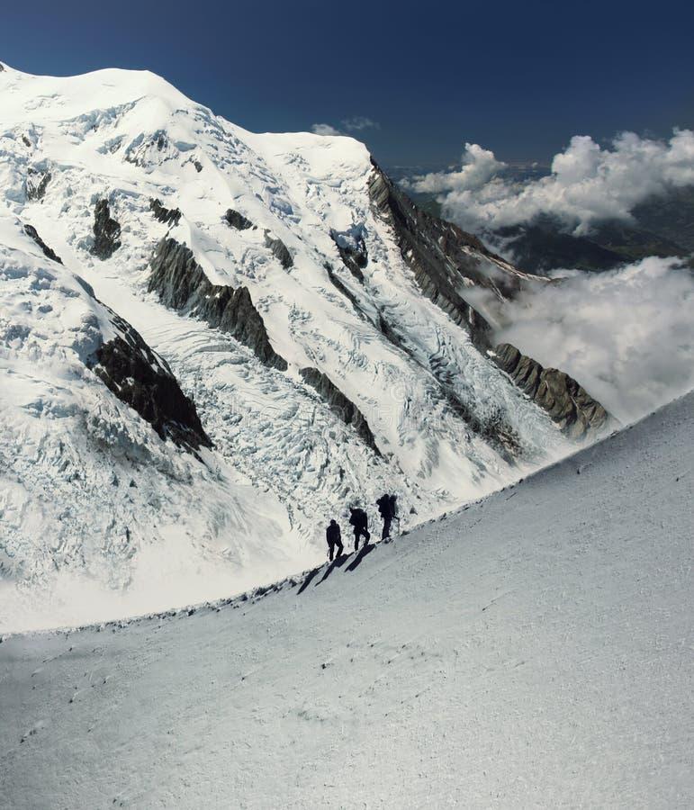 Klättrare i alps arkivbilder