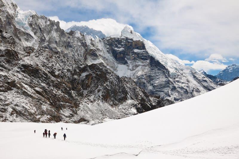 Klättrare och sherpas på Cho La Pass Trek till den Everest basläger royaltyfri fotografi