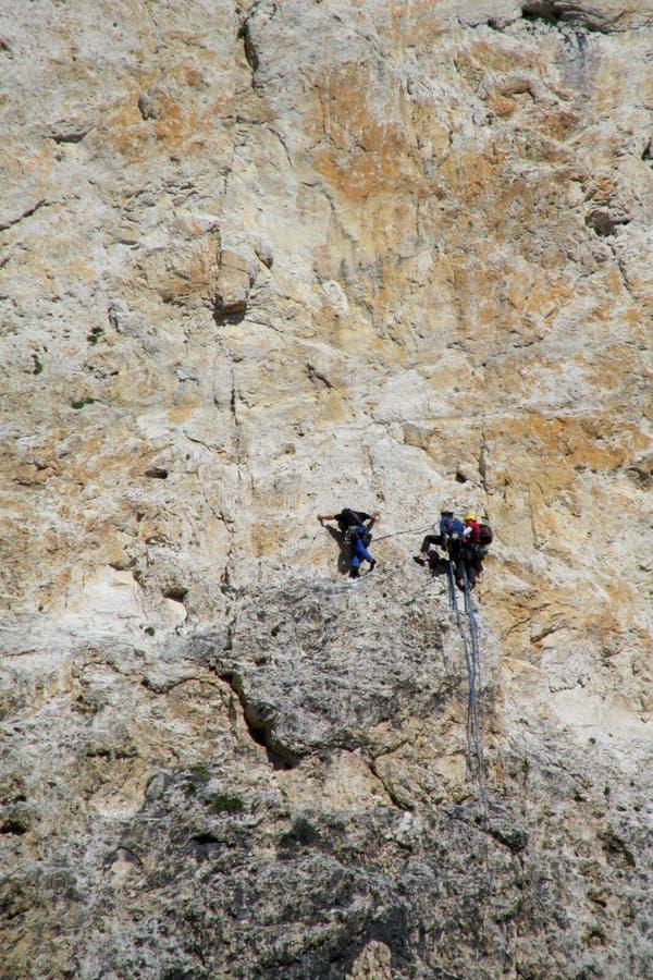 Klättrare på alpinistväggrutten arkivfoto