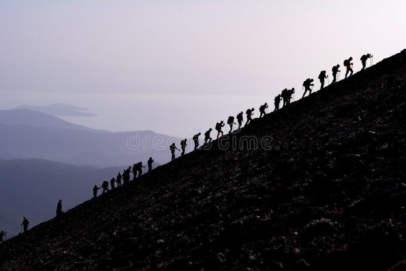 Klättrare på brant berglutning fotografering för bildbyråer