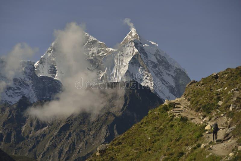 Klättrare på den Khumbu dalen himalaya nepal arkivfoton