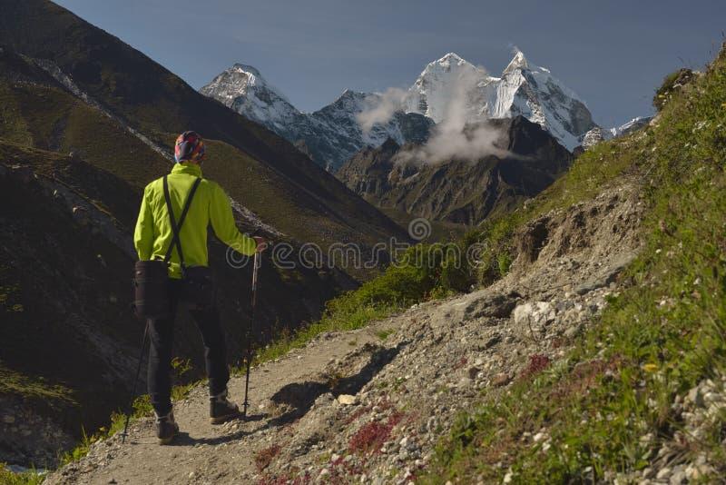 Klättrare på den Khumbu dalen himalaya nepal arkivbild