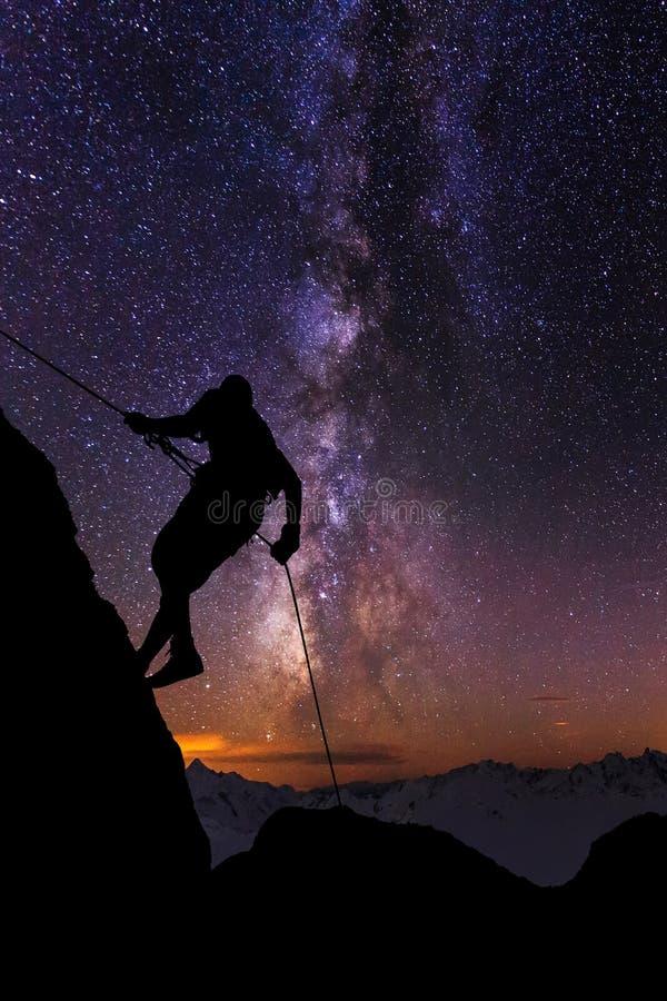 Klättrare på en bakgrund av den stjärnklara himlen royaltyfria bilder